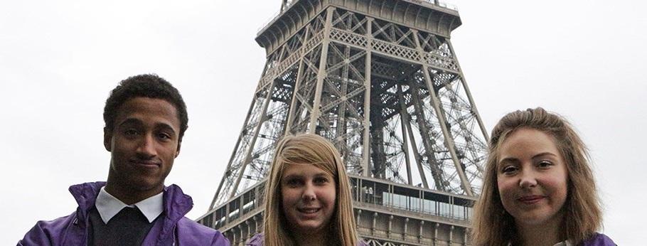 Les volontaires du tourisme devant la Tour Eiffel