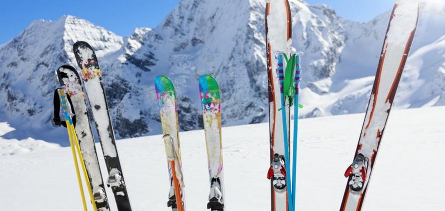 Skis plantés dans la neige