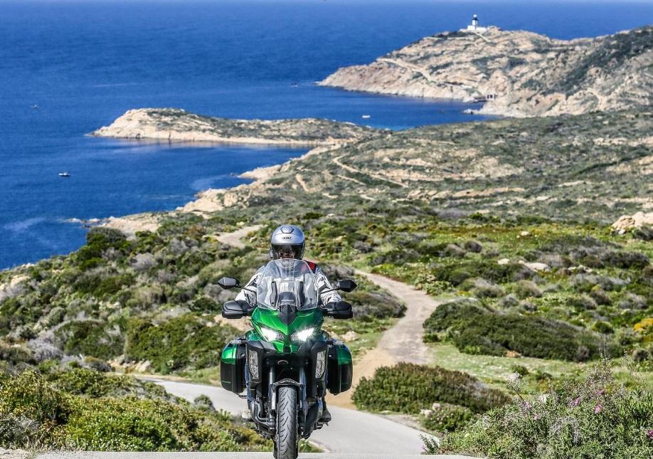 Moto sur une route en Corse