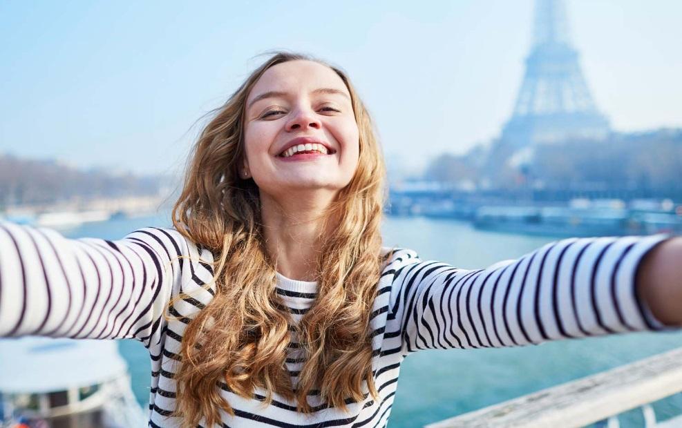 Etudiante devant la Tour Eiffel