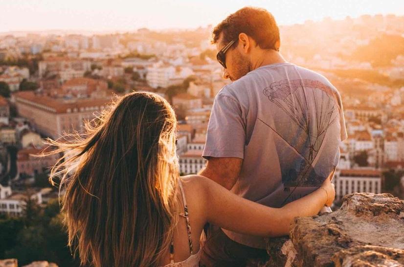 Un couple devant une ville