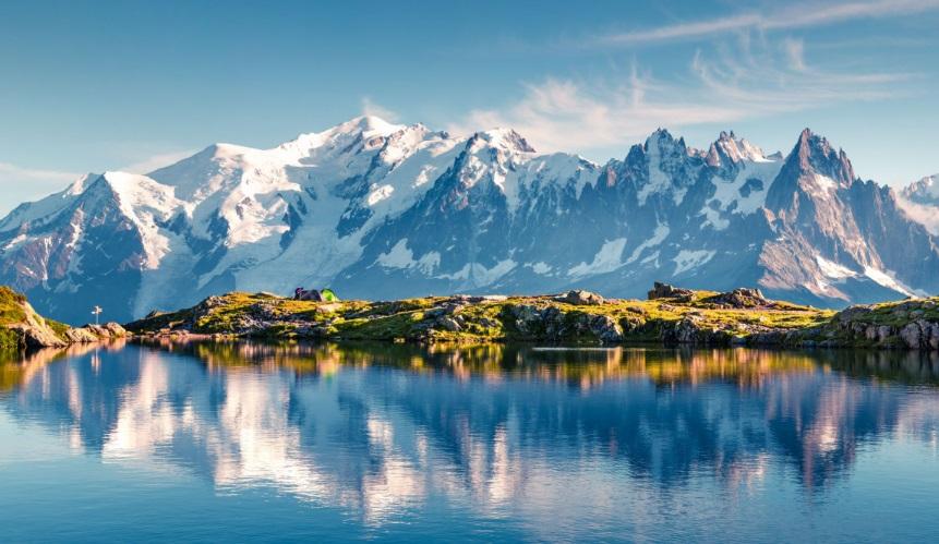 Un lac et montagne