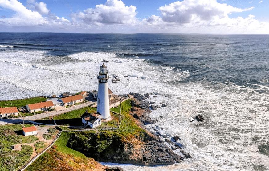 Un phare au bord de la mer
