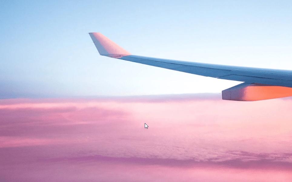 Un avion avec un ciel rose