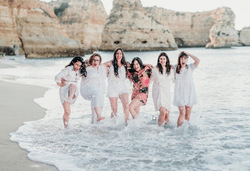 Un groupe de filles à la mer