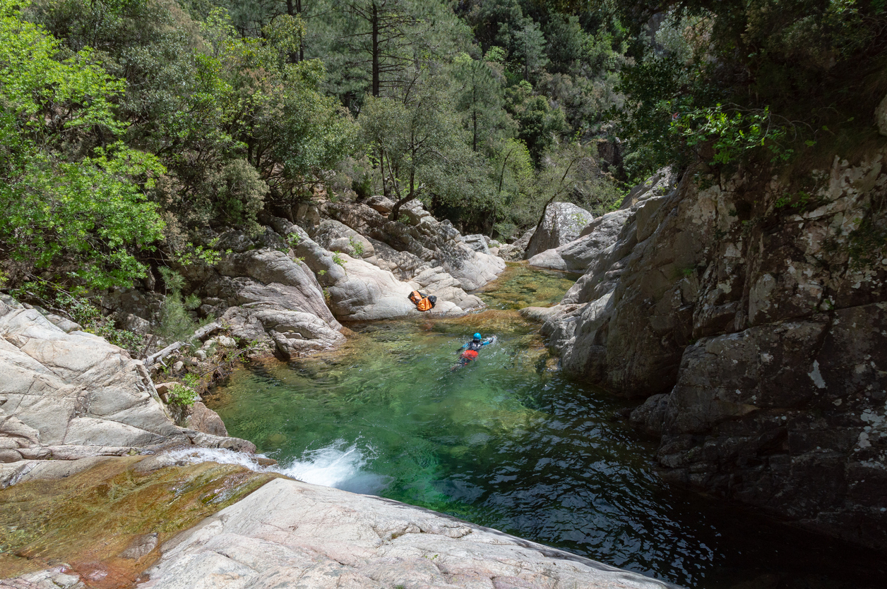 Un homme et une femme entrain de faire du canyoning